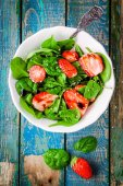 Salad with fresh spinach and strawberries with balsamic sauce and sesame — Stock Photo