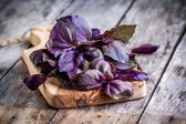 Beam of purple basil on cutting board — Stock Photo