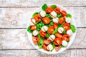 Salad of mozzarella, cherry tomatoes and spinach with balsamic sauce — Stock Photo