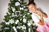 Beautiful girl near the Christmas tree — Stockfoto