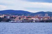 Vista de Piombino desde a mar, Toscana, Itália — Fotografia Stock