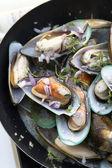Stir-fried sea mussels in pan — Foto de Stock