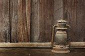 木製の背景に古いランタン — ストック写真