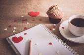 Chocolade muffin en koffie en harten op zak texturen — Stockfoto
