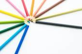 Många olika färgade pennor på vit bakgrund — Stockfoto