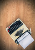 Vintage typewriter and a blank sheet of paper — Stock Photo