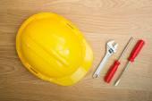 Giallo cappello casco di sicurezza e strumenti — Foto Stock