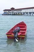 Boot aan het strand met helder water en blauwe luchten — Stockfoto