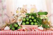 Pepinos en vinagre y frescos — Foto de Stock