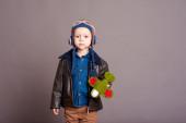 Chlapeček s hračka letadlo — Stock fotografie