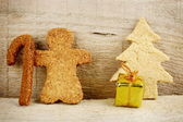Christmas gingerbread santa claus on wooden structure — Stockfoto