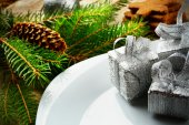 Closeup Christmas plate silver gifts pines wooden surface — Stok fotoğraf