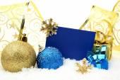 Złote i niebieskie świątecznych dekoracji na śniegu z życzenia karty — Zdjęcie stockowe