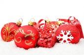 Kırmızı christmas dekorasyon kar üzerinde — Stok fotoğraf