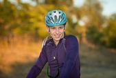 Jeune cycliste en casque — Photo