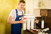Locksmith installs water filter — Stockfoto
