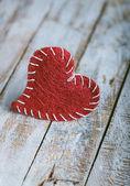 Retro valentine heart on grunge wood background. — Zdjęcie stockowe