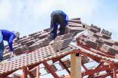 Workers install roof tile for house — Stock Photo