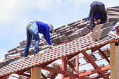 Workers install roof tile for house — Stock fotografie