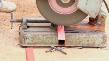 Worker cutting aluminum for house building — Stock Video