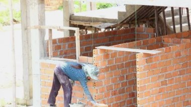 Worker install brick for new house — Wideo stockowe