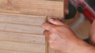 Carpenter make new door — Stockvideo