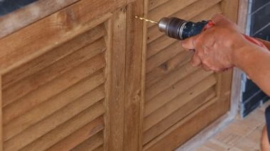 Use Electric drill to drill the wood door — Stock Video