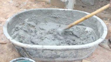 Arbeid mengen van beton voor de bouw baan — Stockvideo