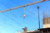 Kran och konstruktion byggnadsplatsen under blå himmel — Stockfoto