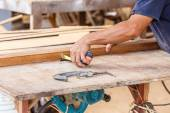 Carpenter using saw — ストック写真