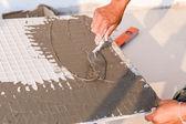 Labor installera kakel golv — Stockfoto