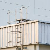 Фабричная лестница на крыше — Стоковое фото