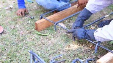 Worker bending steel for construction job — Stock Video