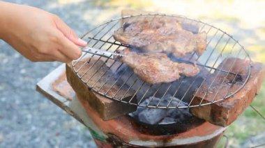 手翻肉在烧烤 — 图库视频影像