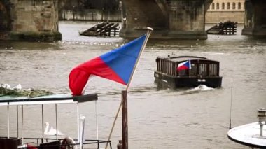 Riverboat and czech flag in Prague — Stock Video