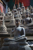 Buddha statues and small stupas in Gangaramaya temple. — Stock Photo
