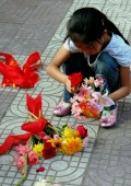 Xi'an, China: Little Girl Selling Flowers — Stock Photo