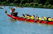 Queens, NYC: Drummer and Rowers on Dragon Boat — Stockfoto