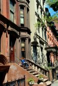 Brooklyn Heights, NY: Woman Reading on Brownstone Stoop — Stock Photo