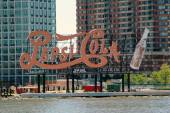 NYC: Pepsi-Cola Sign on East River — Stock Photo