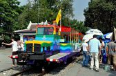 Kanchanaburi, Thailand: Tourist Train at River Kwai Bridge — Stock Photo