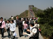 Badaling, China: Tourists on Great Wall of China — Stock Photo
