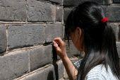 Badaling: Girl Carving Name on Great Wall of China — Stock Photo