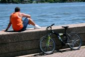 NYC: Man with Bicycle on Roosevelt Island — Photo