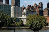 NYC: East Side Skyline and the Octagon Building on Roosevelt Island — Stock Photo