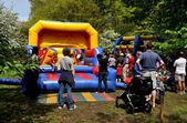 NYC: Families Playing at Inflated Plastic Playroom — ストック写真