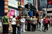 NYC: People at TKTS Booth in Times Square — Stock Photo