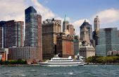 NYC: Spriit Lines Ship and Lower Manhattan Skyline — Stockfoto