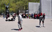 NYC:  Young Men Break Dancing in Battery Park — Stock Photo