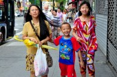 Flushing, NY: Asian Family on Main Street — ストック写真